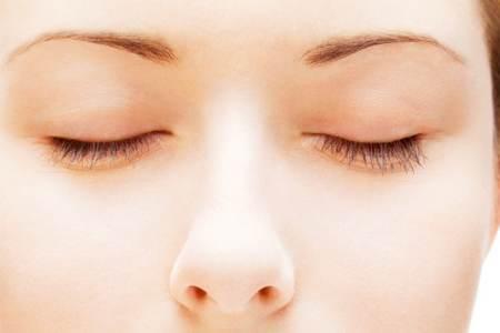 883e34b88b09 Il gonfiore della palpebra si presenta a causa di un eccesso di liquidi  all interno dei tessuti connettivi attorno all occhio. Questo accumulo di  liquidi si ...