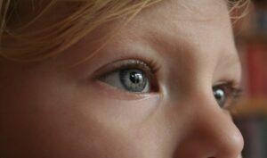 Occhi gonfi nei bambini: sintomi, cause e trattamento