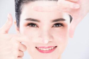 Esercizi di ginnastica facciale per eliminare le palpebre cadenti